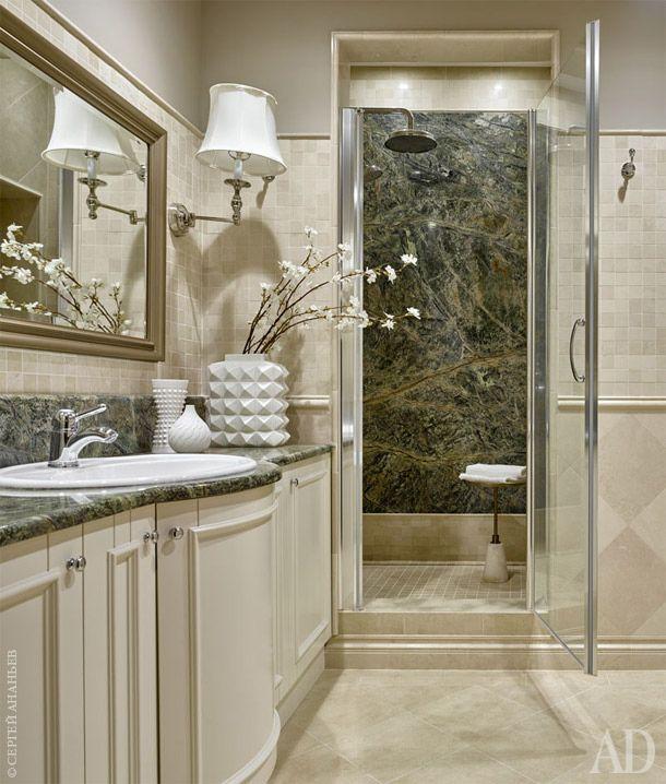 В отделке душевой и столешницы использован один и тот же серо-зеленый слэб с крупными естественными разводами. Мебель выполнена по индивидуальным эскизам. Мебель для ванной комнаты создана из прочных, влагостойких пород дерева. Установлена сантехника Villeroy & Boch, смесители Nicolazzi.