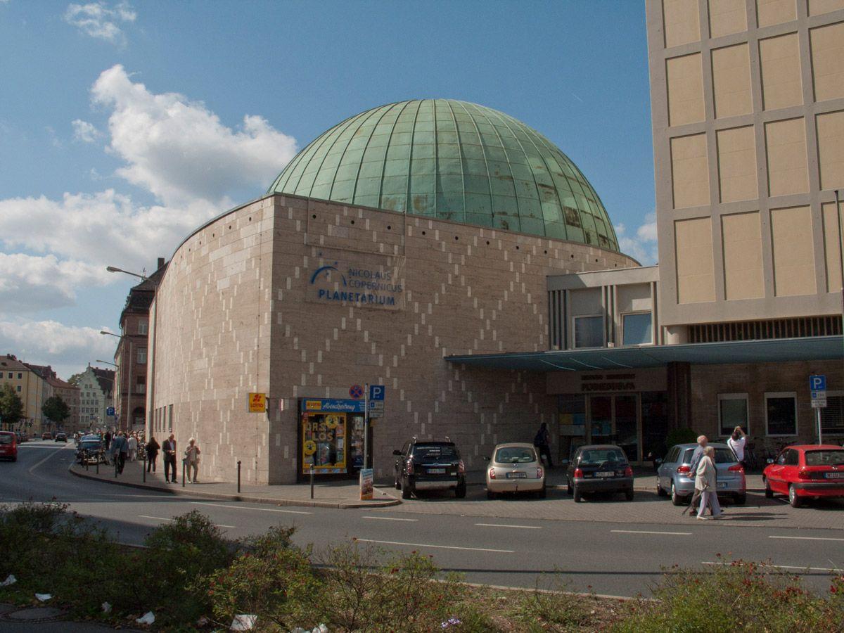 Die Nürnberger Astronomische Arbeitsgemeinschaft e.V. besteht seit 1960, sie hat sich anfänglich um die Arbeit bei der Veränderlichen-Forschung gekümmert, Mitglieder der NAA waren aber auch von Anfang an an der Öffentlichkeitsarbeit auf der Sternwarte beteiligt.   Seit 1993 wurde der Betrieb der Sternwarte immer mehr von den rein ehrenamtlich arbeitenden Mitgliedern der NAA übernommen und die NAA wurde schließlich im Jahr 2000 offiziell der Regiomontanus-Sternwarte im Auftrag der Stadt…