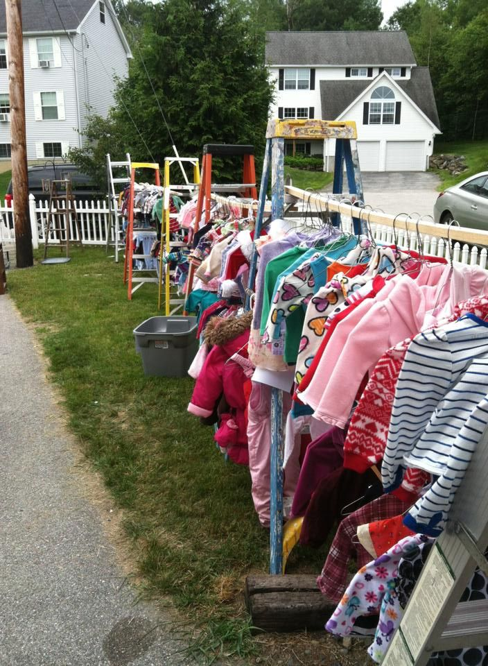 A fabulous way to set up hanging clothes for a yard sale. This makes on homemade round clothes rack for garage sale, yard sale, ghetto garage sale, ideas for garage to hang clothes on sale,
