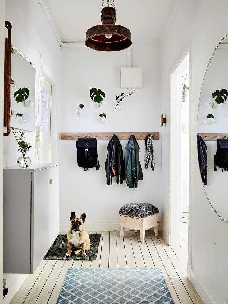 Sie ist nicht nur praktisch, sondern auch richtig dekorativ: die gute alte Haken- resp. Garderobenleiste. Hier zeigen wir dir, wie du sie richtig stylst. #hallwaydecorations