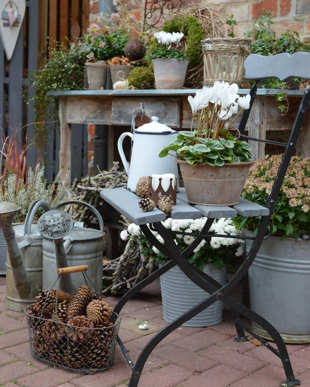 Herbstdeko Garten Tisch In 2020 Garden Yard Ideas Garden Decor Backyard Decor