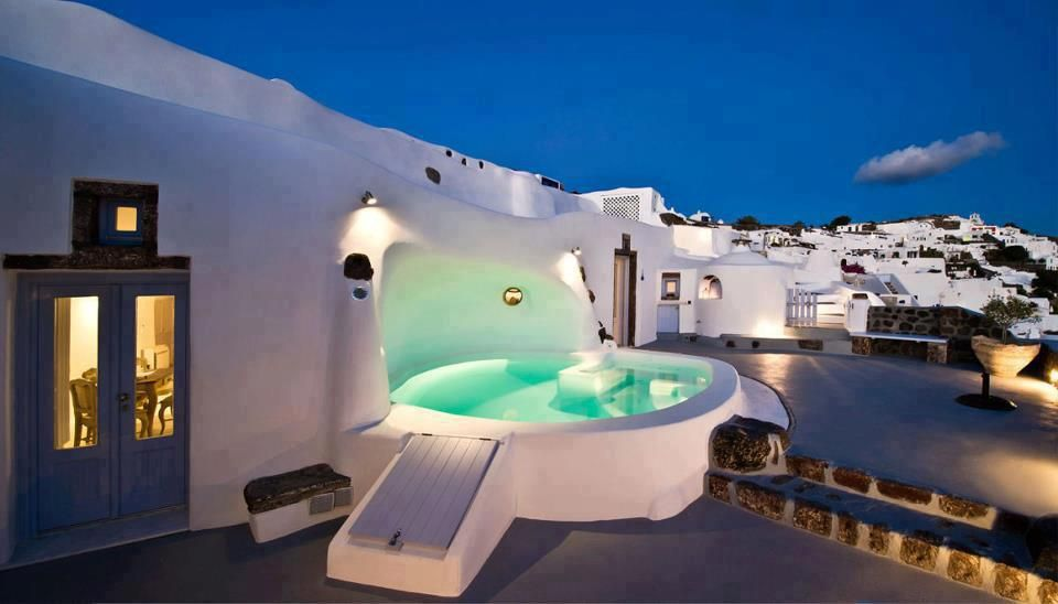Jacuzzi in the evening santorini island greece dreamy - Hotel avec jacuzzi dans la chambre gard ...