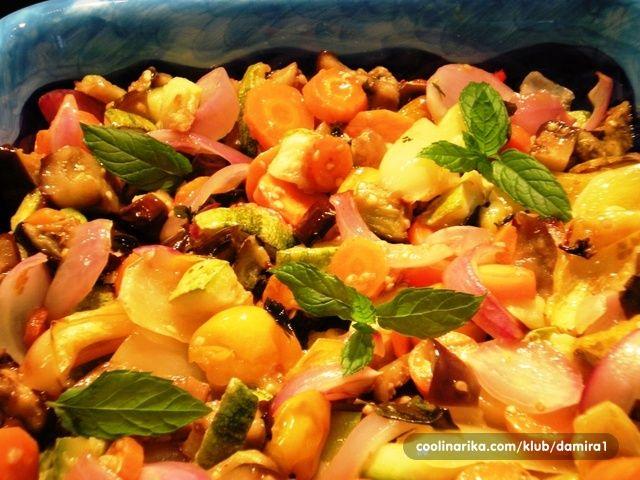 Umjesto uobičajenog pečenog povrća na žaru – evo i onoga u pećnici. Vrlo je ukusno, praktično, brzo i manje masno. Idealan prilog za zahtjevniji ručak i više ljudi.