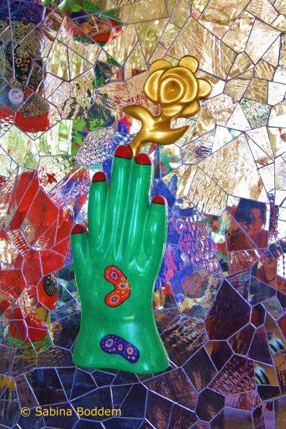 Farbenrausch Und Sinneslust In Der Grotte Von Niki De Saint Phalle Niki De Saint Phalle Mosaik Kunstschule Und Skulpturen