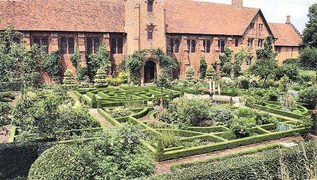 Hatfield gardens the restored tudor knot garden at for Tudor knot garden designs