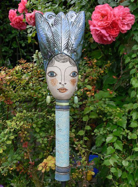 Gartenfiguren pamina mit pr chtiger haube ein for Gartenfiguren aus keramik