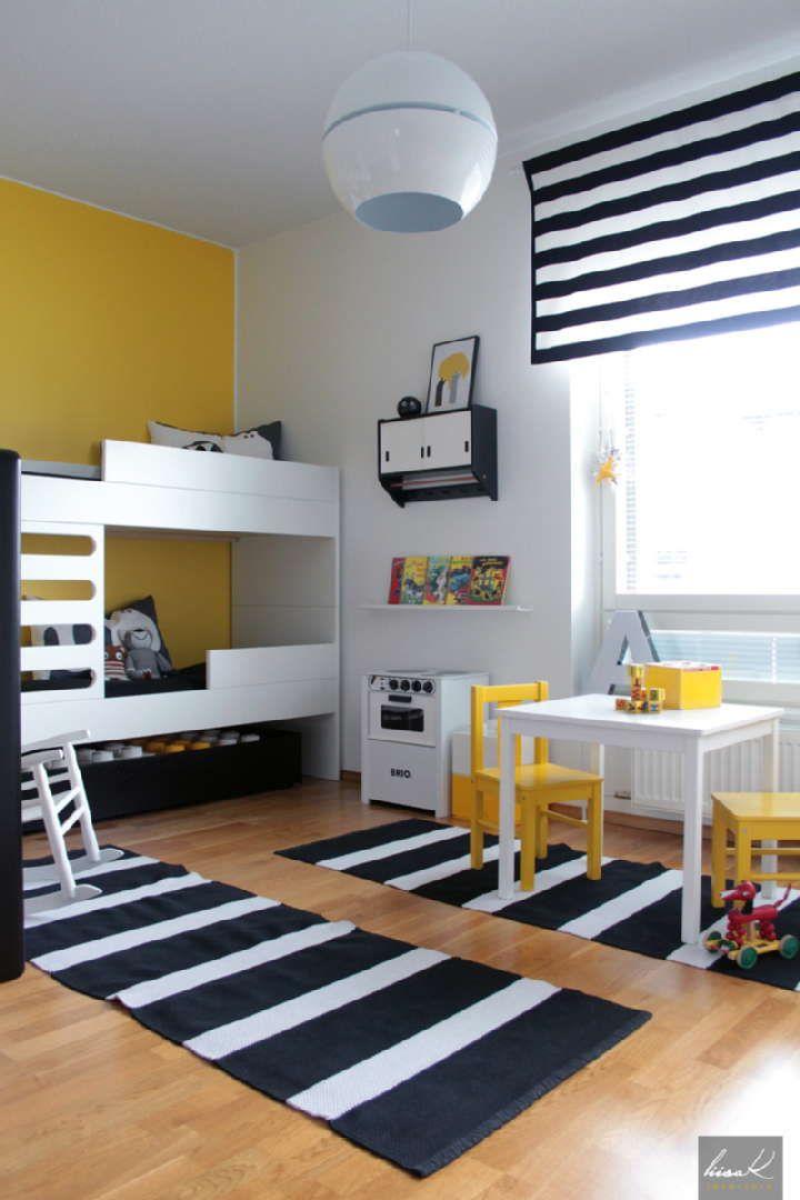 Lastenhuoneen pirteän värinen sisustus yhdistelee taidokkaasti vanhaa ja uutta. Katso kuva, niin näet tarkemmat tiedot.