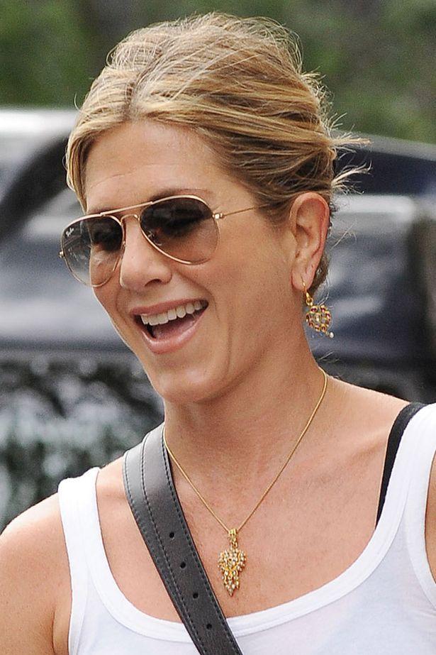Jennifer Aniston passeia contente com seu aviador no rosto!  oculos  rayban   aviador  aviator  celebrity 3c6fa43083