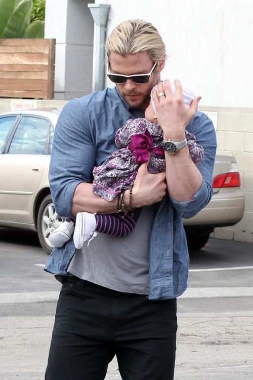 Chris Hemsworth Cradles His Cutie | Chris hemsworth ...