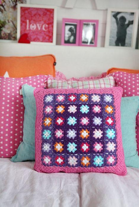by tipsy tessie: http://tispsytessie.blogspot.fr/2012/02/virkade-kuddar.html  crochet cushion