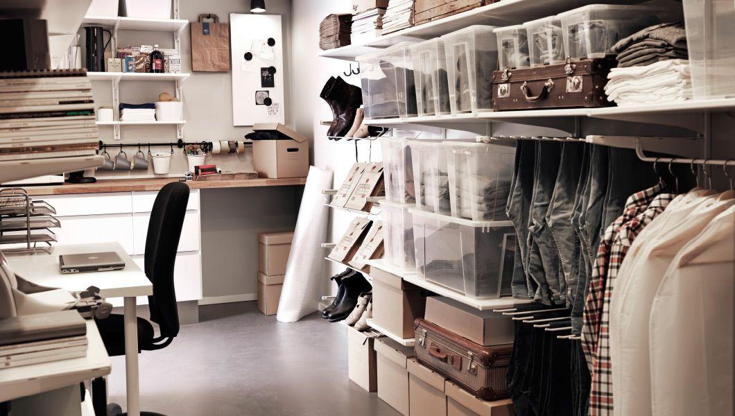 Una trastienda con escritorio, almacenaje y estantes de pared con