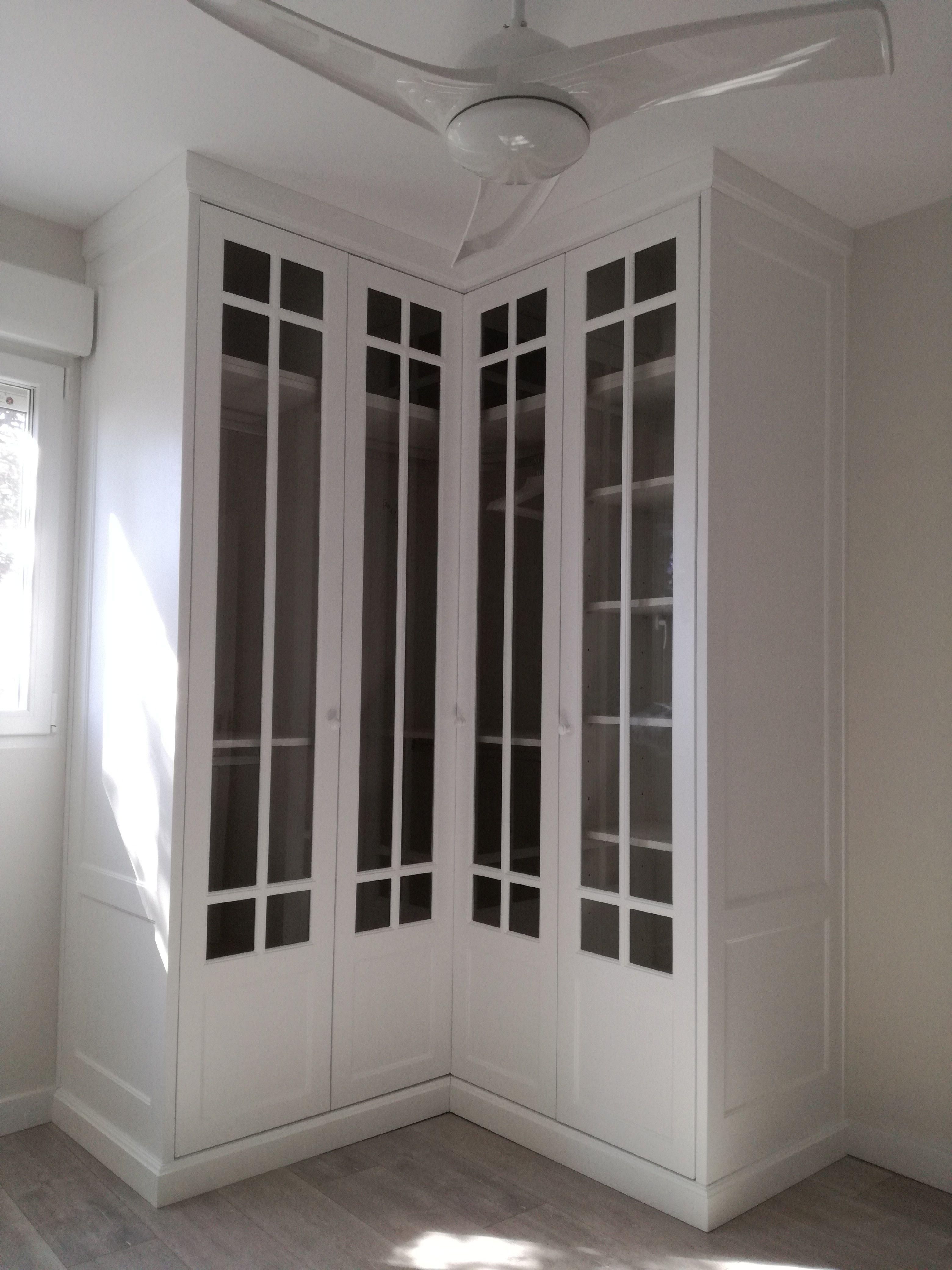 Armario vestidor con frente dm lacado en blanco puertas for Cortinas para armarios empotrados