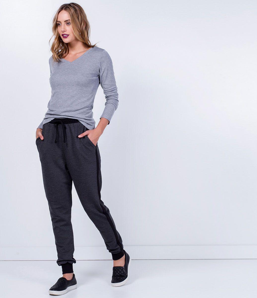 a36cce84f2eb8 Calça feminina Modelo jogger Com punho Listra lateral Com bolsos Amarração  na cintura Marca  Blue