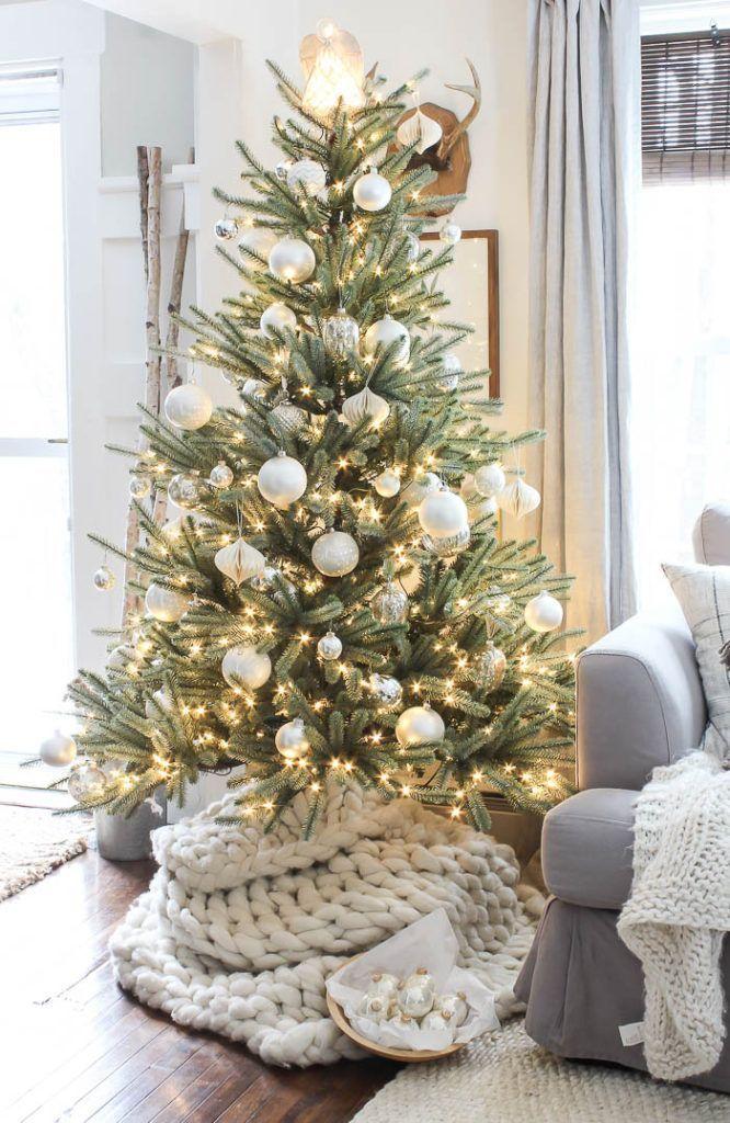 Gorgeous Christmas tree inspiration on a farmhouse Christmas home tour! #homedec…