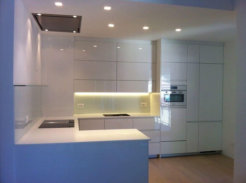 Design witte hoogglans keuken met glazen achterwanden #eiland ...