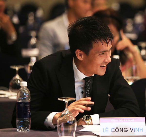 Cựu tuyển thủ người Nghệ An trực tiếp đàm phán mang về hai ngoại binh và đề xuất thanh lý hợp đồng với 6 cầu thủ nội.           Công Vinh đang làm việc tích cực khiđảm nhiệm vai trò Phó chủ tịchCLB TP HCM. Ảnh: FB.      Ngày 27/12, Công Vinh có buổi ra mắt CLB TP HCM trên cương vị Phó...  http://cogiao.us/2016/12/29/cong-vinh-tao-dau-an-tren-cuong-vi-pho-chu-tich-doi-tp-hcm/