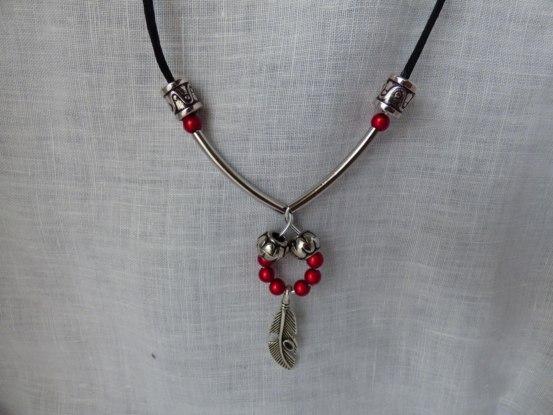 Collier court avec perles magiques rouges et breloque plume : Collier par axellecreations
