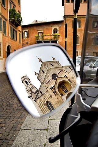 Catedral reflejada en el espejo retrovisor de un scooter de motor, Verona, Venecia, Italia, Europa