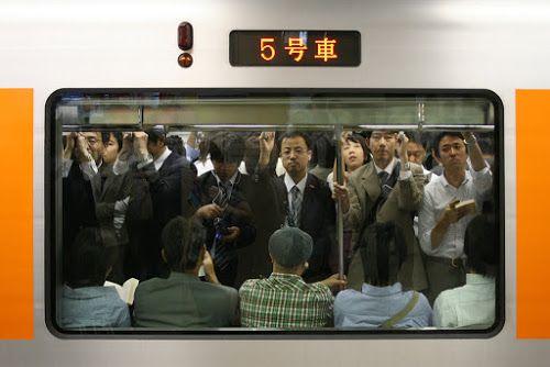Metrô de Tóquio lotado. - do blog Sun Tzu e A Arte da Guerra (http://www.suntzulives.com/).