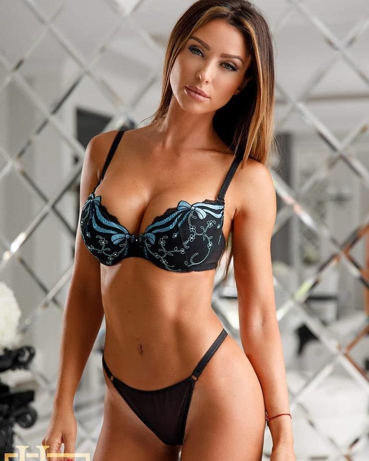 Sexy Mädchen, die ihre Kleidung ablegen