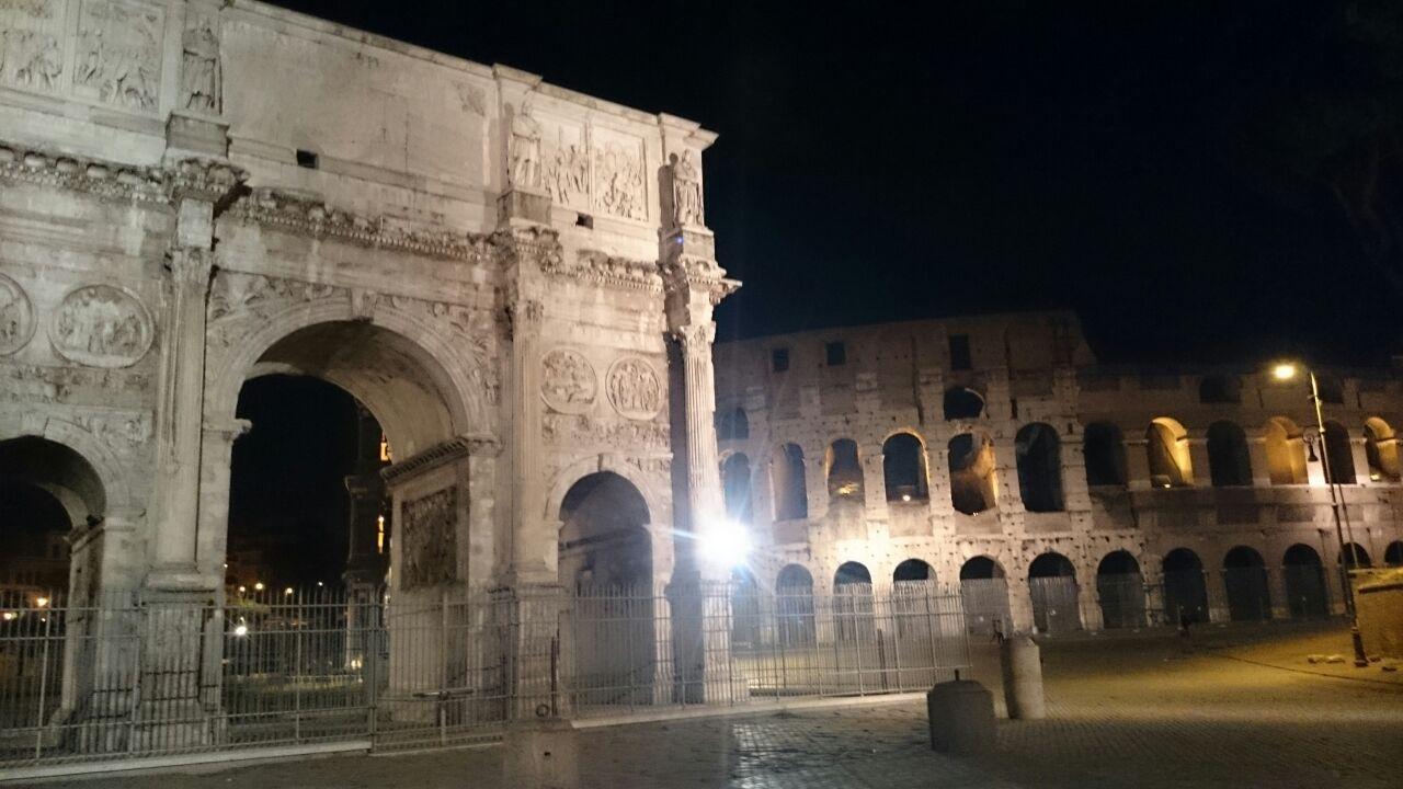 En aquesta imatge podem veure l'arc del triomf de Constantino i de fons es veu el Coloseum.