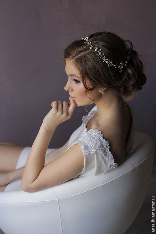 Braut haarband frisur  Anspruchsvoll, mit Perlen und Kristallen verziert, wird dieses ...