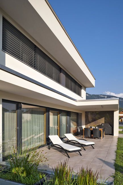 Einfamilienhaus flachdach berdachte terrasse massivbau fensterfronten haus pinterest - Moderne architektur hanghaus ...