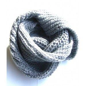 dd951287c2c Echarpe tour de cou de couleur gris. Maintenez votre cou au chaud ou bien  la porter large pour garder le style! Accessoire devenu indispensable à  votre ...