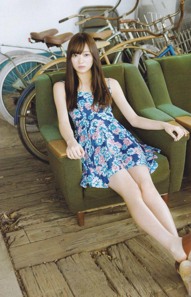 青い花柄のミニワンピを着てソファーに座っている梅澤美波の画像
