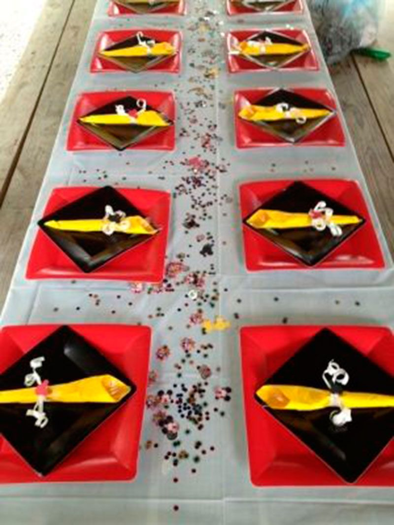 Mickey Mouse Birthday Table I love the square plates turned on top of another square plate. & 80 ideias para festa do Mickey Mouse - Dicas da Japa | Mickey party ...
