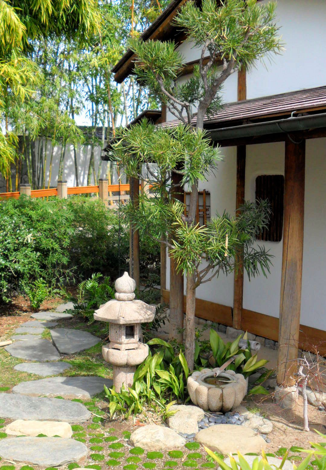 Lawn And Garden Decor With Proper Landscape Design