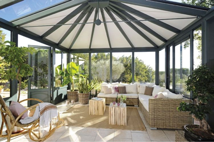 Une véranda aluminium avec toiture vitrée, vue intérieure, réalisée - cuisine dans veranda photo