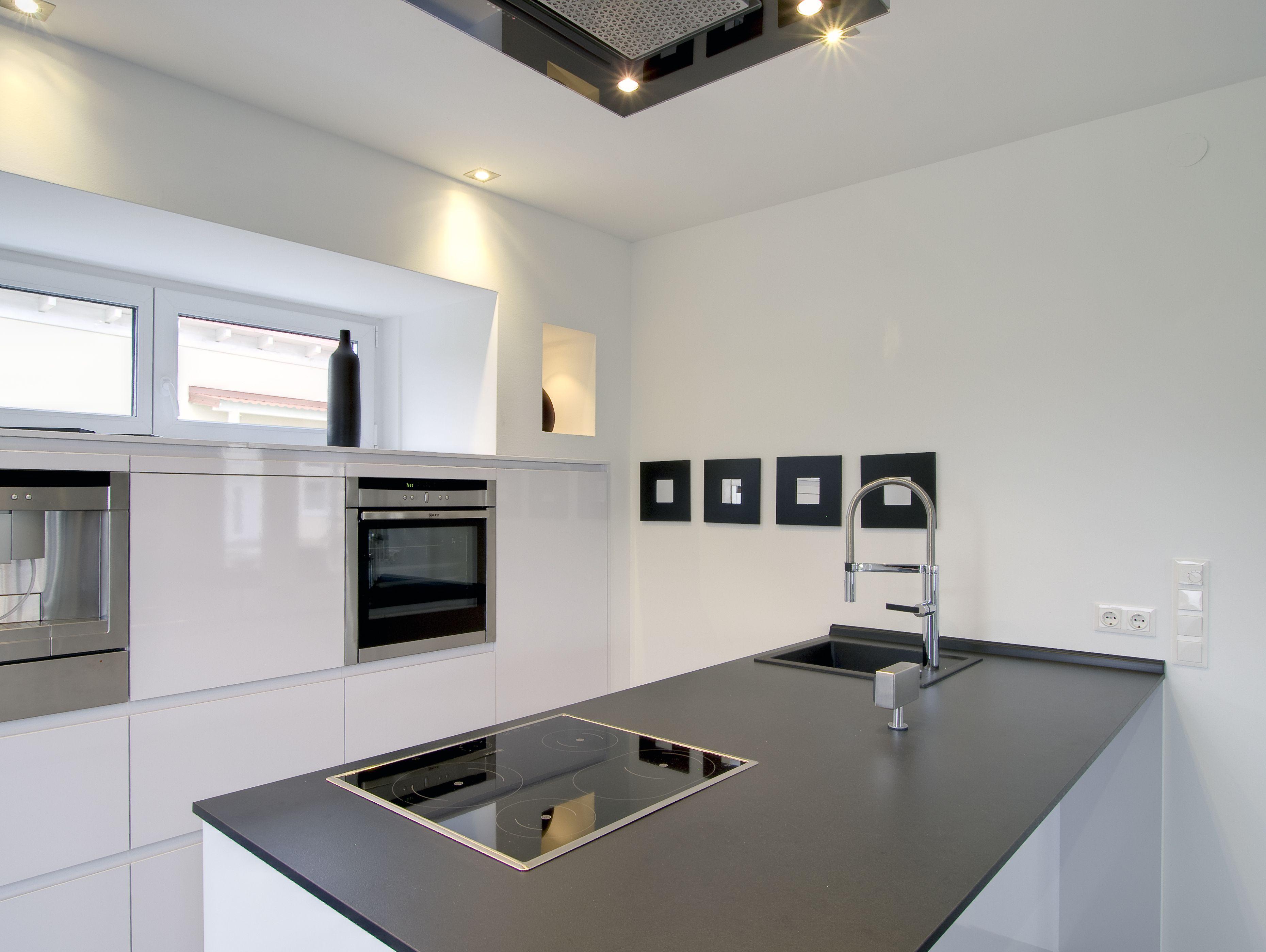 Fertighaus - Wohnidee Küche #grauweiß #kochinsel #fensterband ...