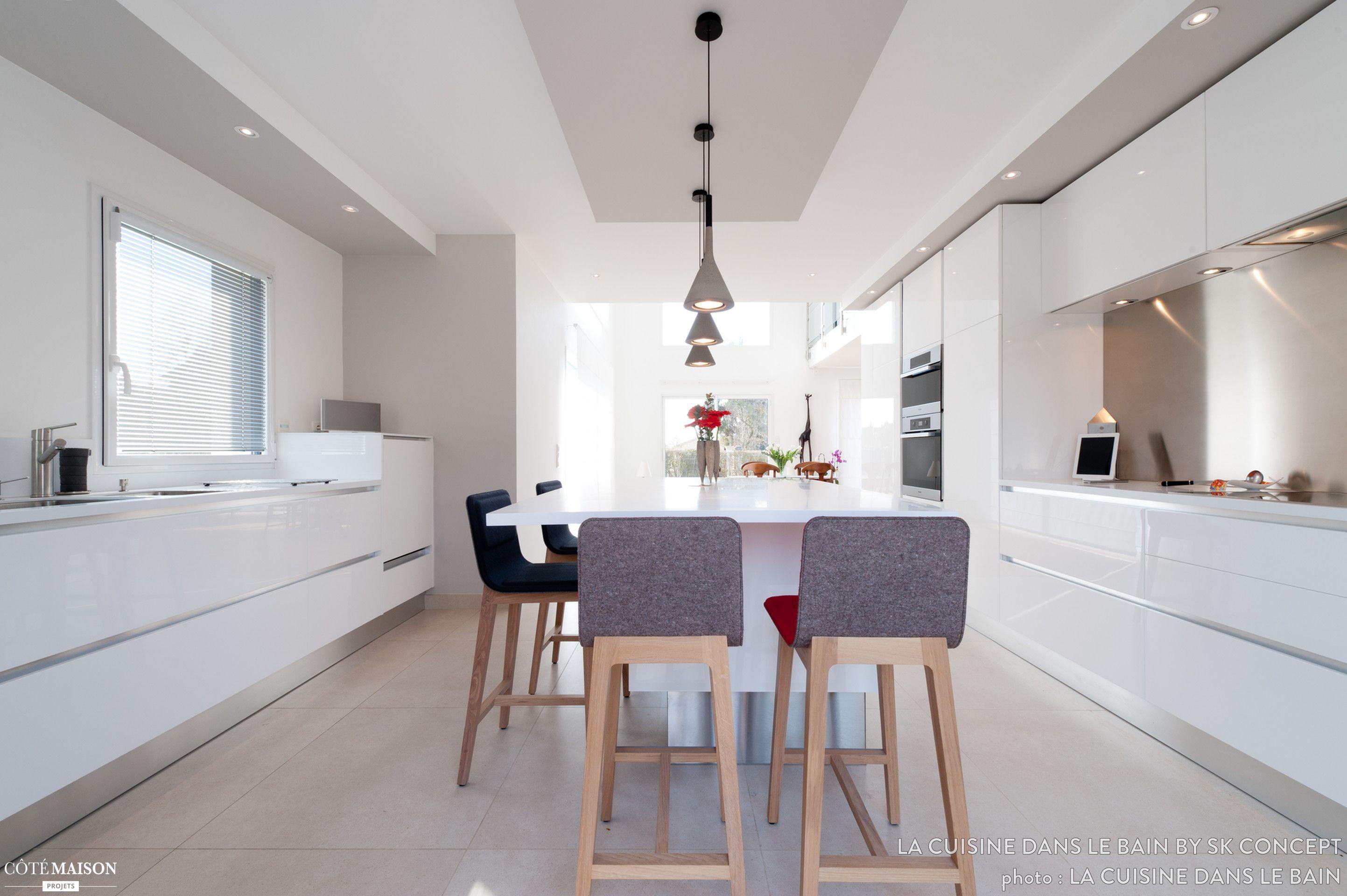 Une Grande Salle A Manger Blanche Cuisines Design Decoration Petit Salon Petit Salon