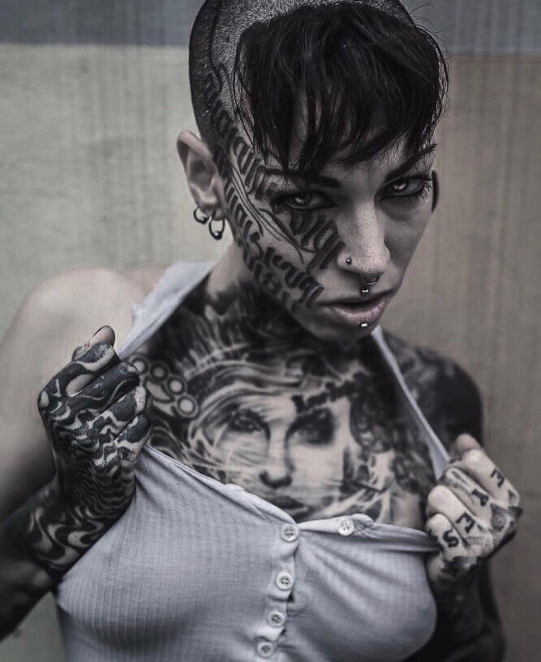 Není k dispozici žádný popis fotky. Chest tattoos for