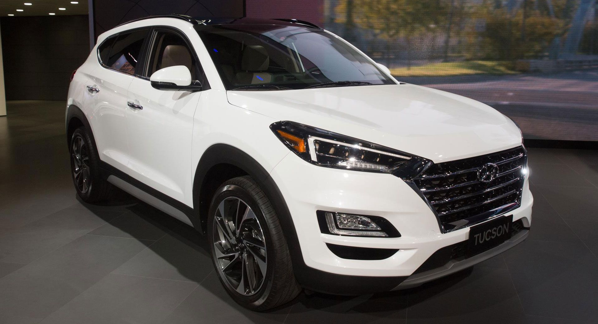 2019 Hyundai Tucson Gets A Mild Makeover Inside And Out Carscoops Hyundai Tucson Hyundai Buick Envision