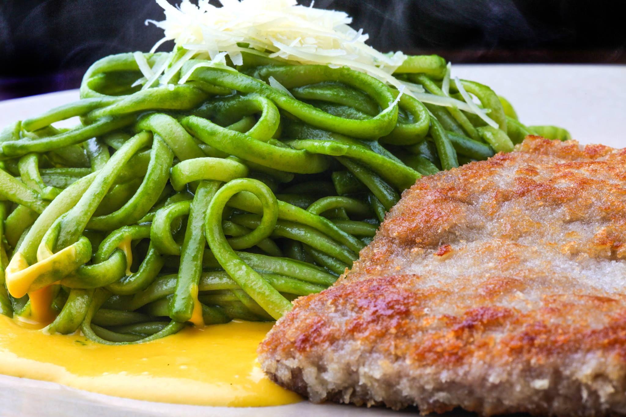 Bisteck Apanado con Tallarines Verdes