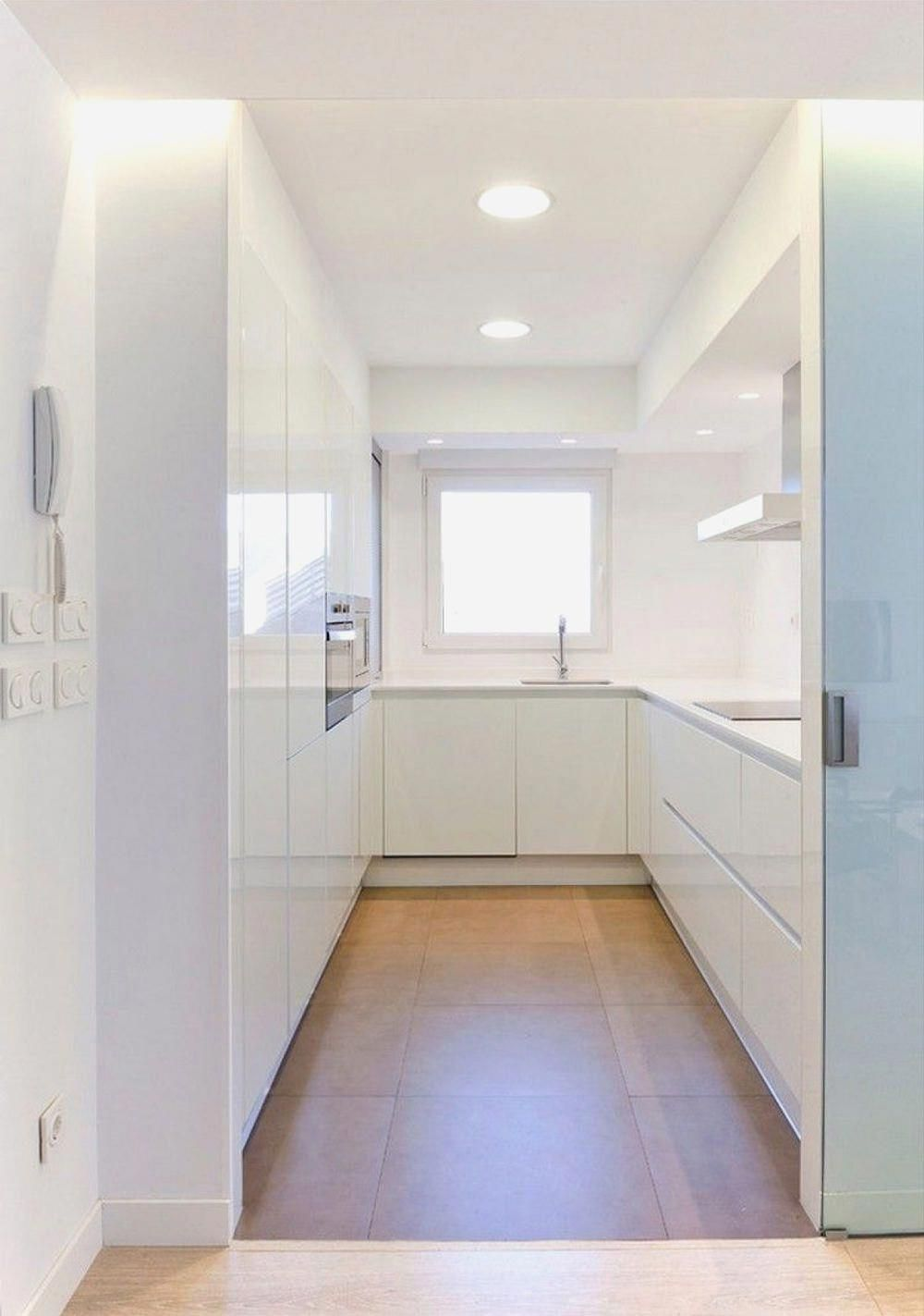 Cucina Con Vetrata Scorrevole piccola cucina bianca a u, con le ante laccate lucide