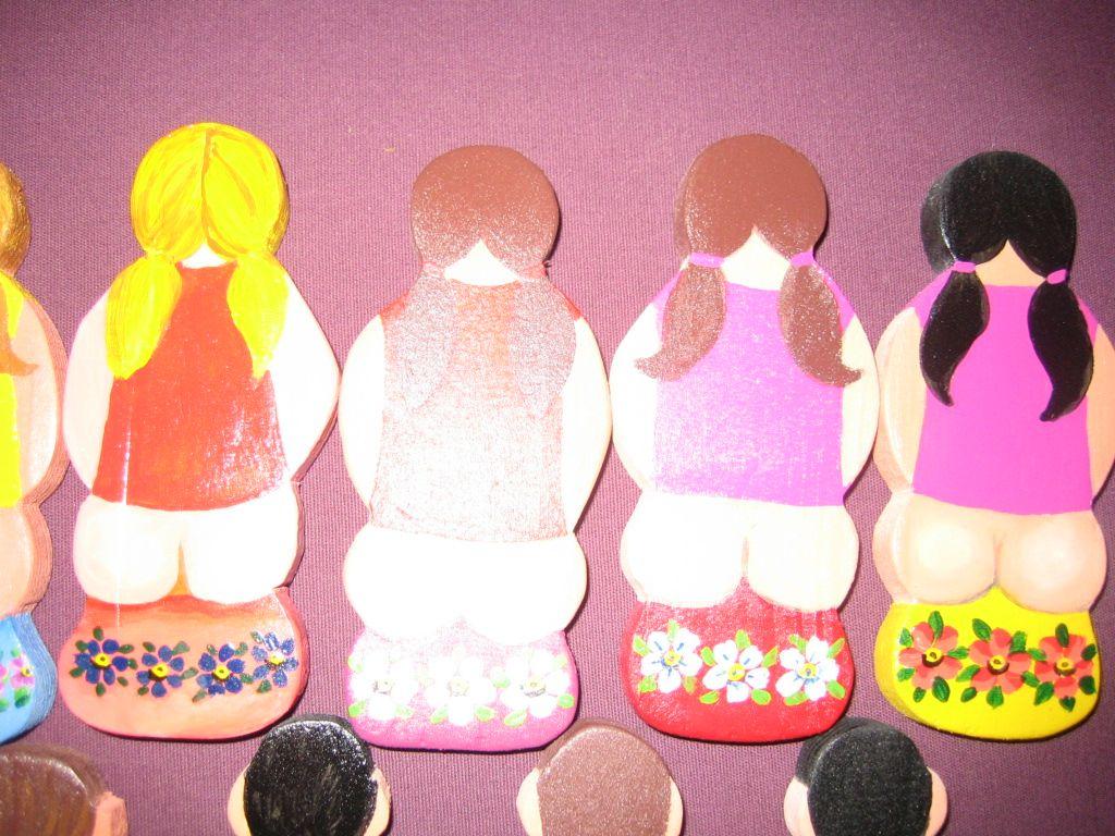 Naisten WC-kylttejä maalattuna vesiliukoiisilla askartelumaaleilla puulle