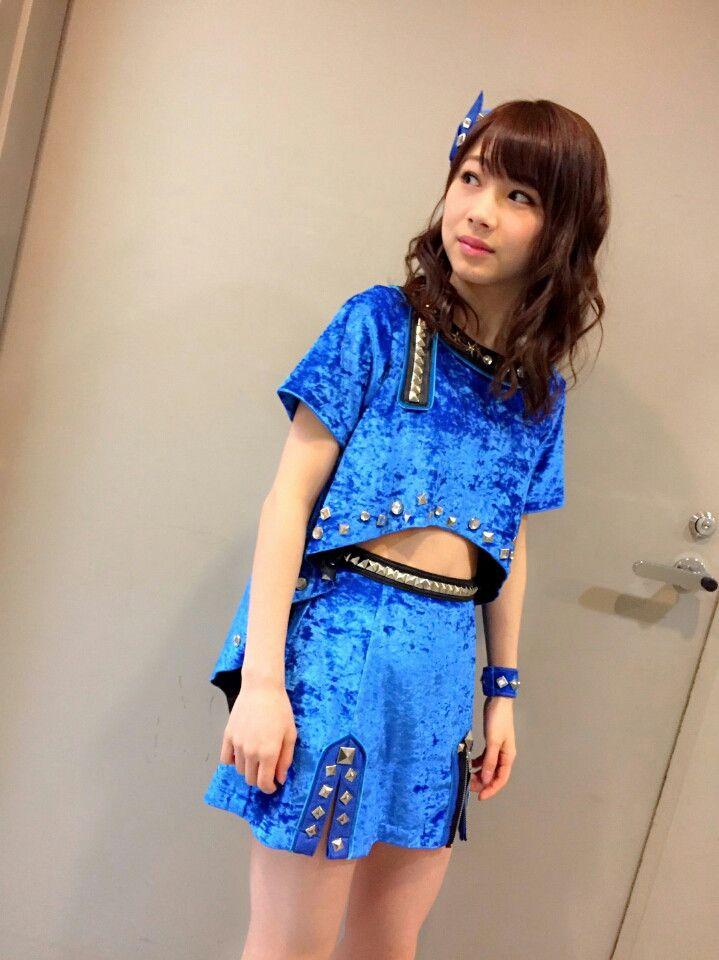 青い石田亜佑美の衣装の画像