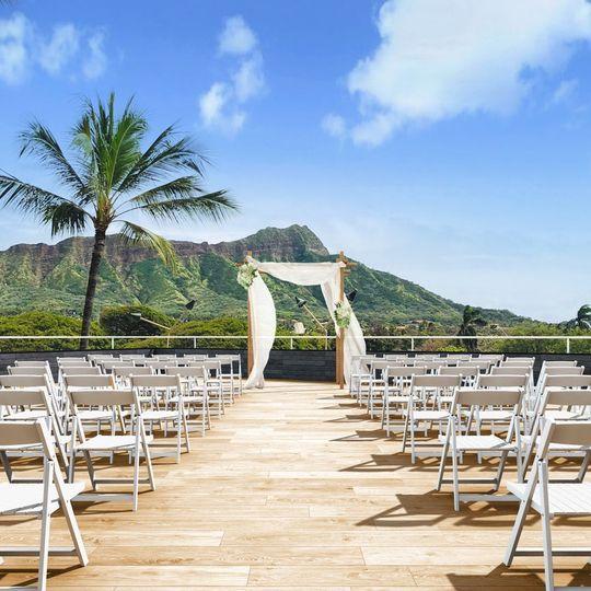 Waikiki Beach Wedding Ceremony: A Photogenic Wedding Ceremony With The Diamond Head In The