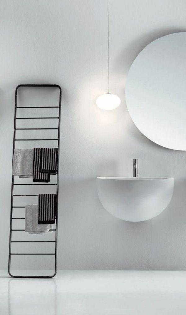 schwarzer moderner handtuchhalter im wei en badezimmer. Black Bedroom Furniture Sets. Home Design Ideas
