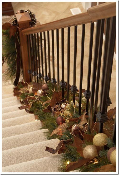Decoraciones con guirnaldas navide as en las escaleras - Decoraciones para la casa ...
