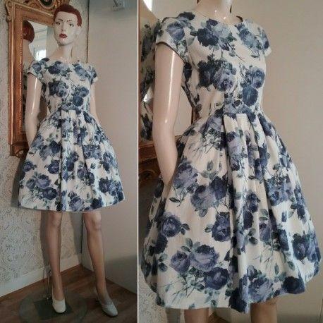 Vintage vit klänning med lila rosor och vid kjol 50-tal 60-tal ... 79b4b7921ad17