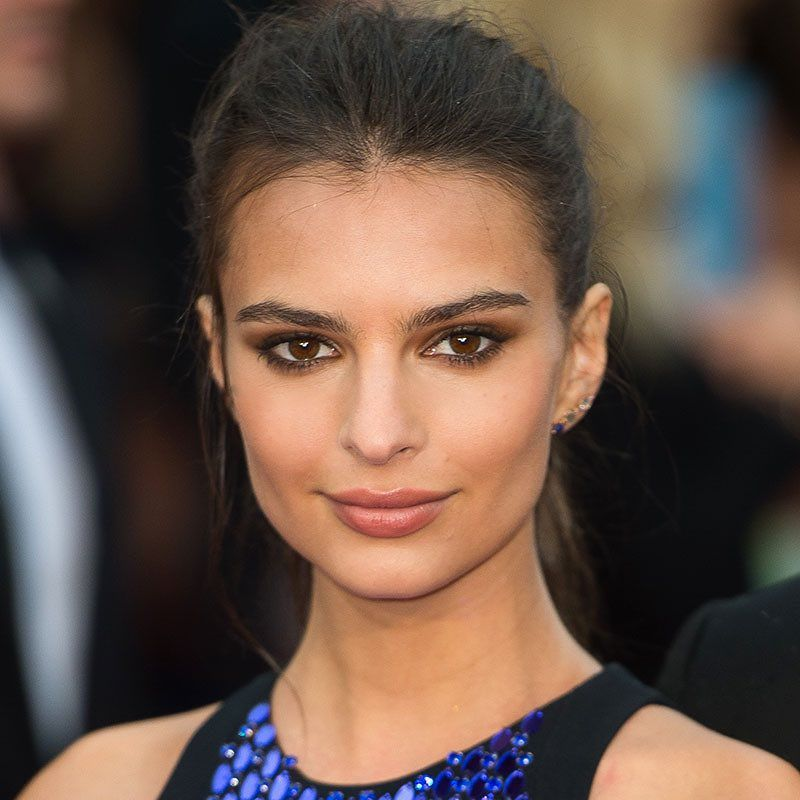 @EmRata masters the balance between high fashion and laid-back beauty with textured flyaways and smudgy, slept-in liner. #TodaysBeautySecret