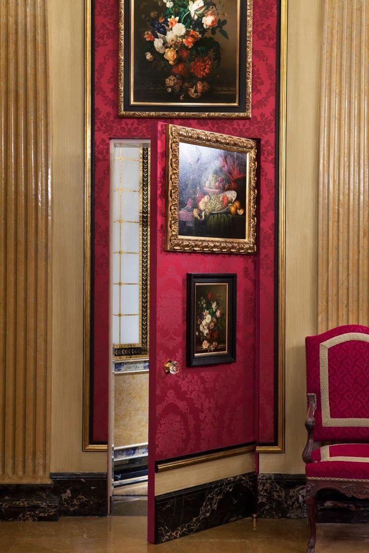 Puerta secreta, disimulada con cuadros en un ambiente clásico. | La ...