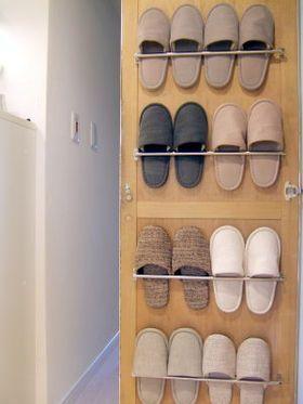靴箱の扉裏に。 100均タオルハンガーの収納アイデアが、とっても使える♪ , NAVER まとめ