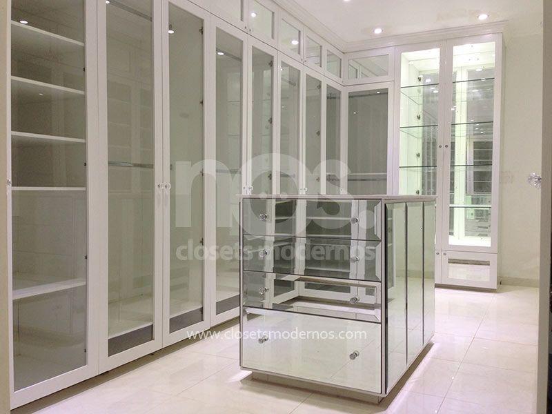 Vestidor moderno de lujo con isla central espejos e for Interior closets modernos