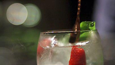 Gelar o copo.Verter 5Cl de Gin Magellan no copo.Aromatizar o copo, bordando o seu interior com o morango.Juntar 200ml de Fever Tree Mediterrânica, vertendo lentamente sobre o gelo, misturar muito gentilmente com a colher de bar.Adicionar as Folhas de Manjericão.