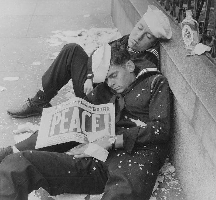 """Photos Histoires on Twitter: """"Deux marins célébrants la fin de la 2e #guerre mondiale #histoire https://t.co/buQbaucmms"""""""